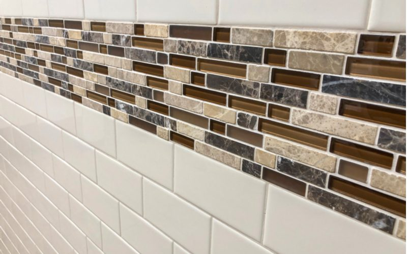 White subway tile mixed with glass subway tile for an explainer on sanded vs unsanded grout